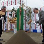 鍬を入れる菅原市長(左)と齋藤理事長