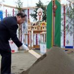 鋤を入れる松井建設の白井専務