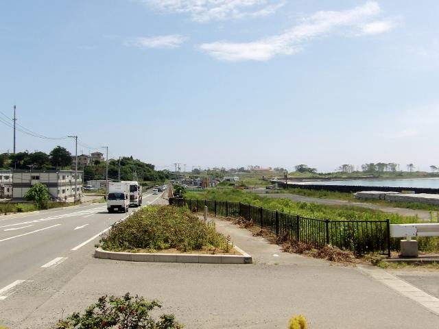 右側が大谷海岸。左側が国道45号
