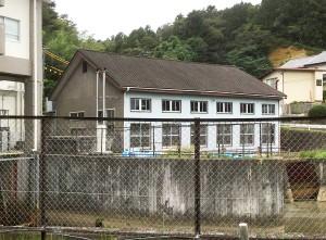 正面が県の所管する鞍坪排水機場の既存建屋