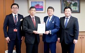 右から西村代議士、大塚副大臣、保科町長、櫻井土木部長