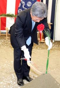 鎌を振る光科学イノベーションセンターの向田理事