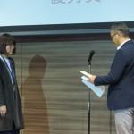 田端委員長が受賞者を表彰