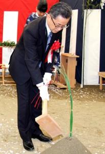 鍬を入れる同センターの相澤専務理事
