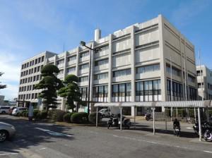 建て替えが図られる現在の本庁舎(旧館(手前)と新館)