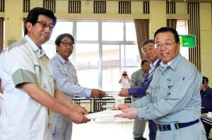 手前は高橋所長(左)に要望書を手渡す渥美市長