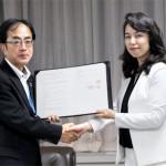 協定書を交わす門脇土木部長(左)と赤坂理事長
