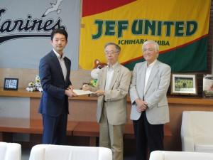 熊谷市長(左)に答申を手渡す尾形委員長と斎藤副委員長