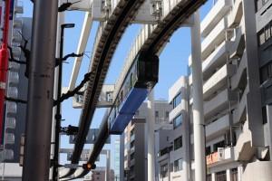 千葉駅~市役所前駅間を走行する千葉都市モノレール