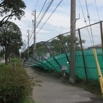 フェンスも風の力になすすべがない