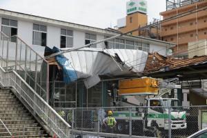 ホームの屋根がめくれ上がった東千葉駅