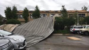体育館の屋根が飛ばされた稲浜小学校(美浜区)