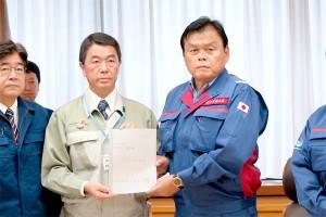 村井知事(左から2人目)から要望書を受け取る赤羽国交相