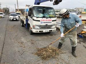 銚子漁港では溢れた流木を除去(今井組)