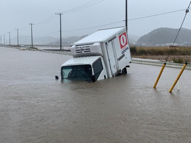 浸水で走行不可能となったトラック(館山市内)