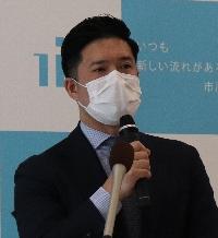 記者の質問に答える村越市長