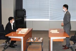 会議に望む(左から)神谷市長と熊谷知事