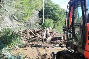 国道465号で法面から崩落した土砂などを撤去 (君津市西粟倉地区)