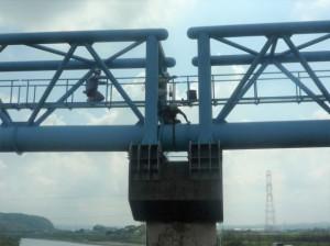 約100カ所で水管橋を点検している
