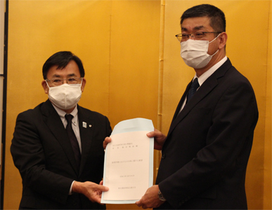 千葉会長(左)が稲田局長に除雪作業の手当てなどに関する要望書を手渡した